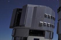 Vue de deux télescopes du VLT la nuit.