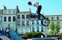 Un jeune garçon sur son vélo