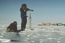 Prélèvement d'une carotte de glace au cours d'une expédition entre Vostok et Mirny en 1985