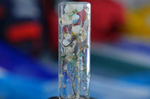 Tube à essai avec des petits morceaux de plastique coloré dedans