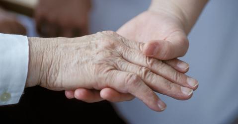La main tendue d'une personne âgée