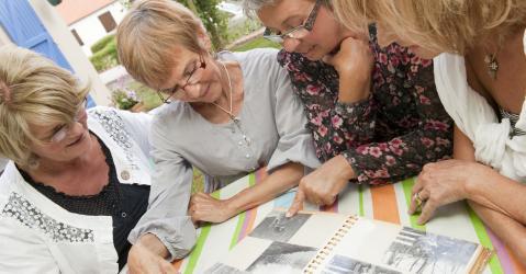 Un groupe de femme à l'âge de la retraite.