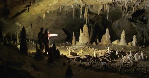 Spéléologues dans une grotte