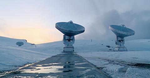 Trois antennes sur un plateau enneigé