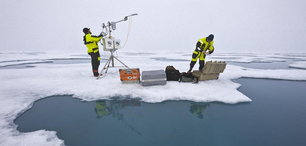 Géophysiciens de l'Institut polaire déployant une station météo dans l'océan Arctique