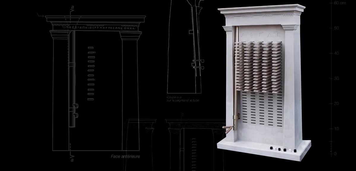Image d'un klérotérion en pierre avec, en fond, les plans de la restitution archéologique