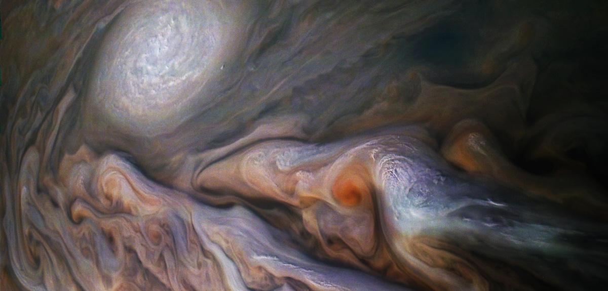 Un anticyclone (en blanc) dans la haute atmosphère de Jupiter.