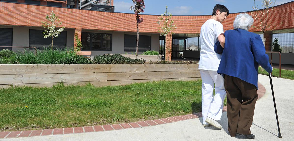 Un membre du personnel médical de l'hopital Garonne accompagne la promenade d'une patiente