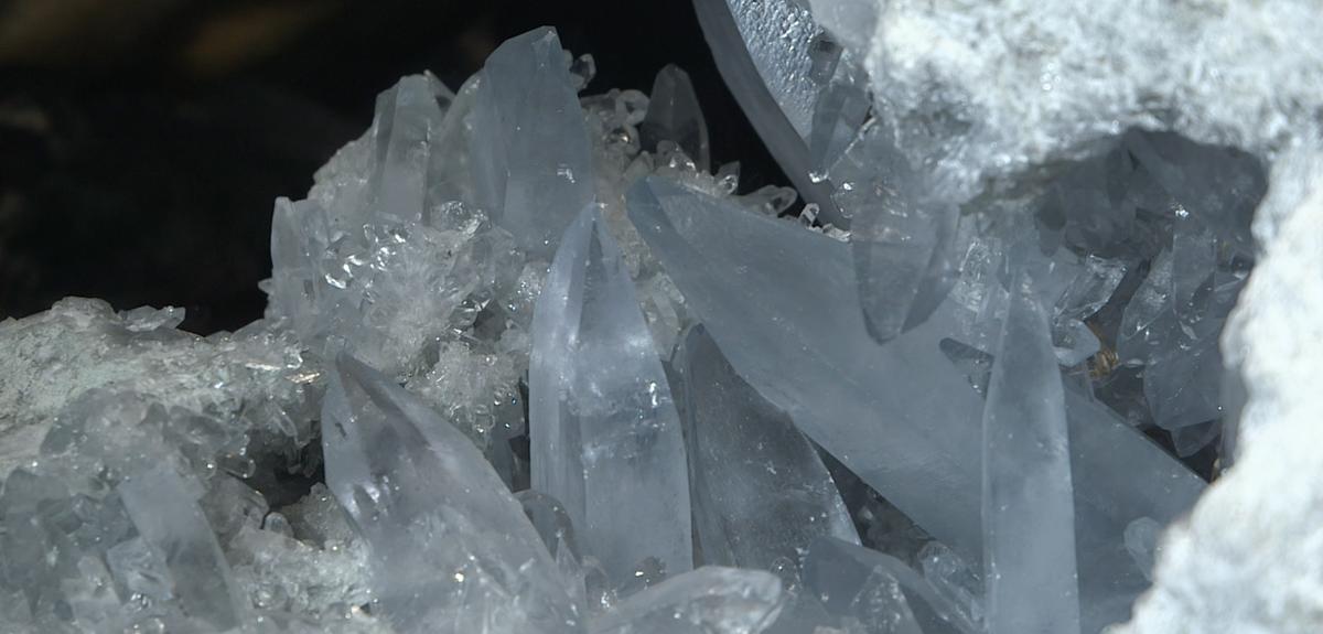 """Visuel extrait du film """"Le cristal, un solide à facettes"""""""