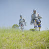Deux personnes en armures de chevaliers qui marchent