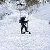 Scientifique debout sur le dépôt d'une avalanche